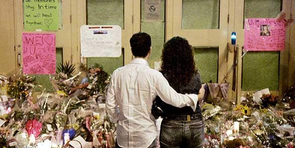 A couple observe a public memorial at the scene of the Dawson College shootings in the early morning of Sept. 17, 2006. (Ian Barrett/Canadian Press)