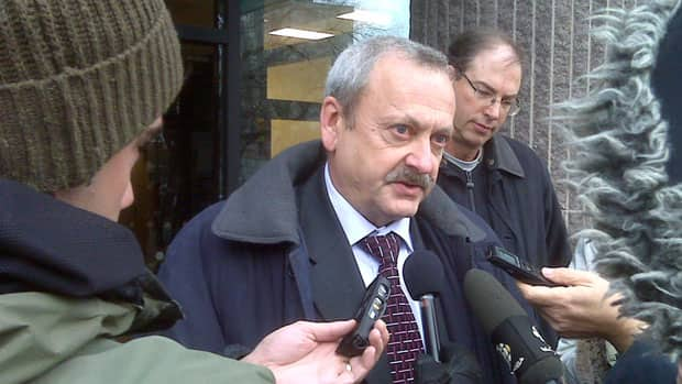 CWB board chair Allen Oberg speaks to reporters outside the federal courthouse in Winnipeg.