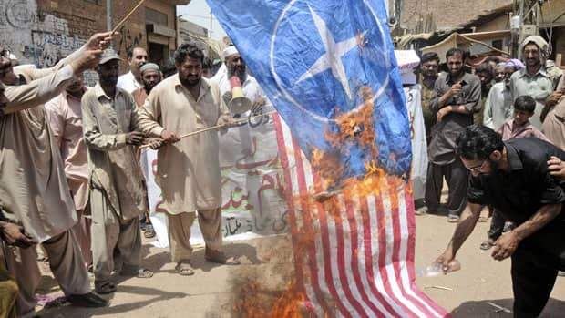 li 620 pakistan 02749861 Pakistani protesters burn representations of U.S. and NATO flags during a ...