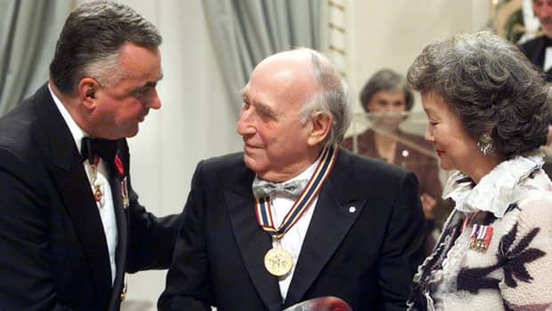 Sam Sniderman receives the Ramon John Hnatyshyn Award for Volunteerism from former governors general Ray Hnatyshyn and Adrienne Clarkson in 1999.