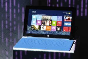 Sebuah Microsoft Surface tablet PC dengan add-on opsional keyboard ditampilkan selama acara peluncuran dengan Microsoft Windows 8 di New York.