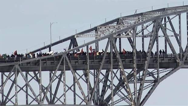 Protesters on the International Bridge between Cornwall, Ont. and Akwesasne, N.Y.