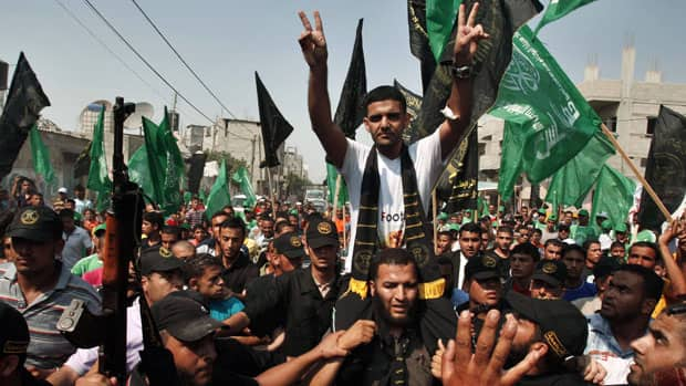 Palestinian soccer player Mahmoud Sarsak flashes the victory sign upon his arrival in Rafah in the southern Gaza Strip on Tuesday.
