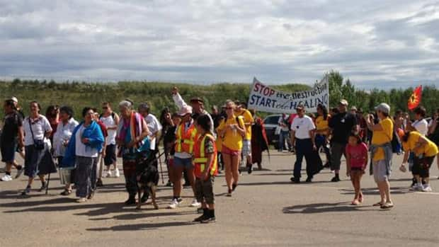 Hundreds of people marched 13 kilometres Saturday to protest the damage they say oilsands development is doing to First Nations communities. (Laura Osman/CBC)