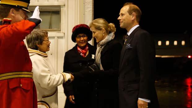 Nunavut Premier Eva Aariak cumprimenta Sophie, condessa de Wessex, e seu marido, o príncipe Edward, conde de Wessex, na noite de quarta-feira Iqaluit aeroporto como Nunavut Comissário Edna Elias observa.