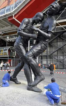 Algerian artist Adel Abdessemed has immortalized the headbutt given by Zinedine Zidane to Italian player Materazzi during the 2006 World Cup final.