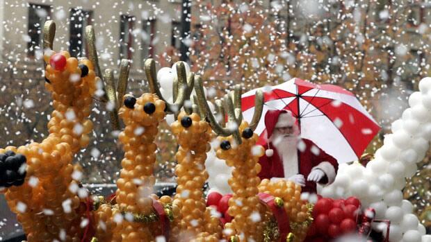 Santa Claus a été glissant vers le bas de la rue Princess Kingston, en Ontario., Comme un homme de 24 ans a été d'essayer de convaincre les enfants, il n'existait pas.