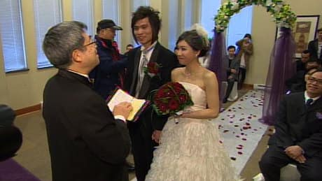 Chinese couples wed on auspicious day