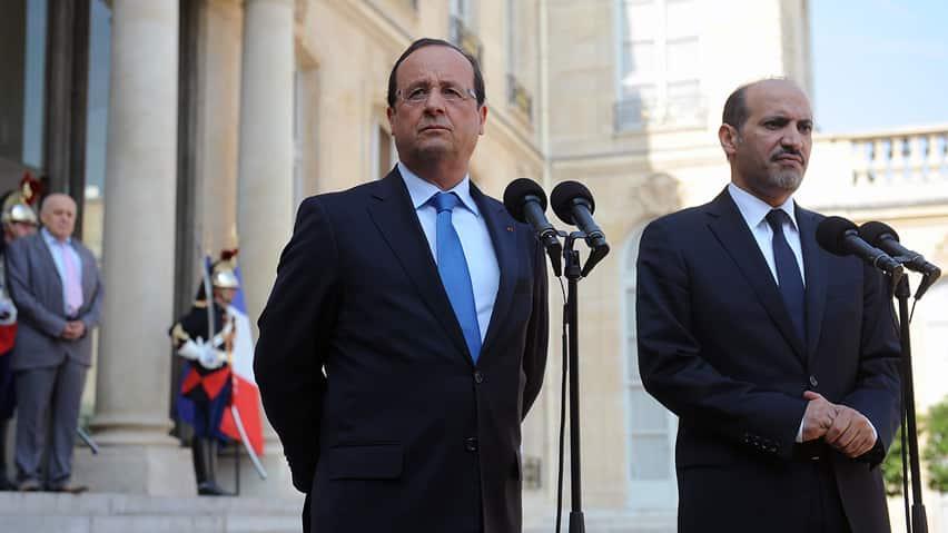 """El presidente francés, François Hollande, izquierda, habla con los medios de comunicación la semana pasada tras una reunión con Ahmad Al-Assi Al-Jarba, líder de la oposición Coalición Nacional de Siria.  Hollande ha condenado el presunto empleo de armas químicas de Siria y ha dicho que está """"dispuesto a castigar"""" a los responsables."""