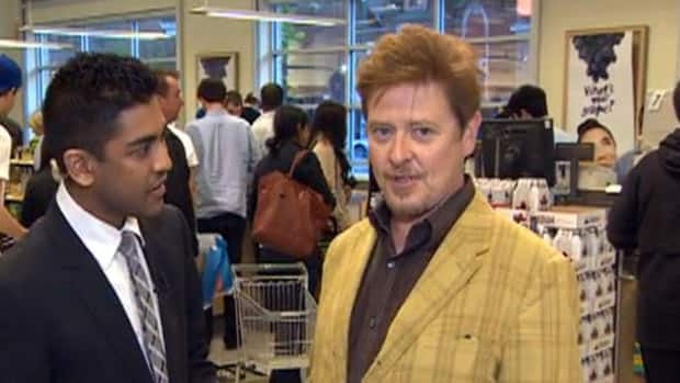 Celebrities - Dave Foley loads up