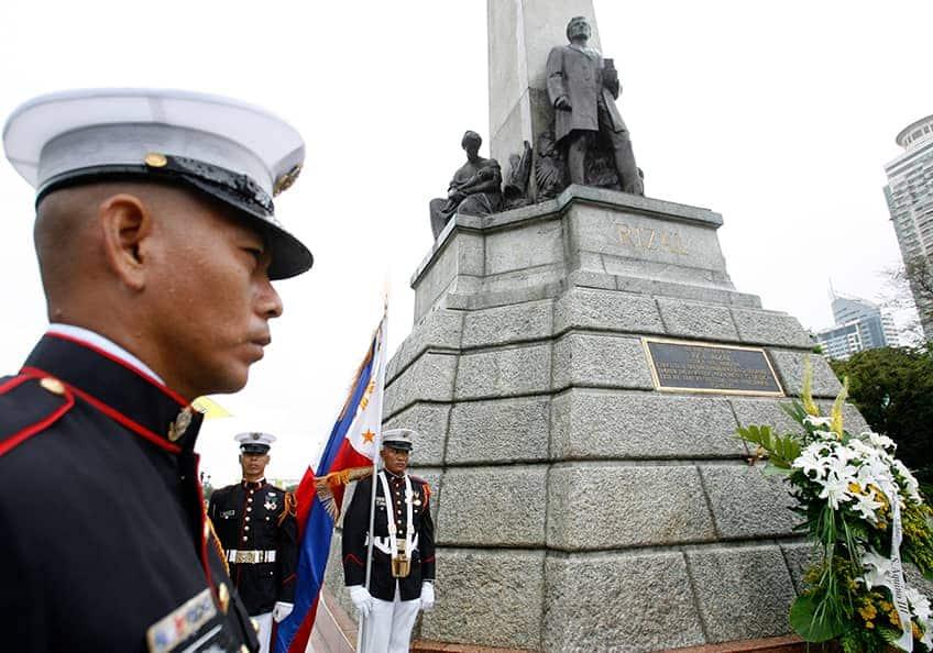 a stone monument to José Rizal