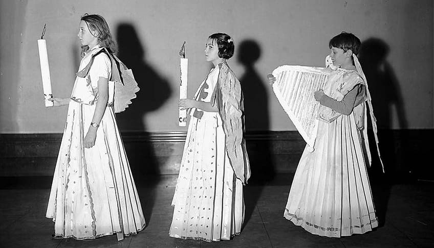 Paper costumes during the war