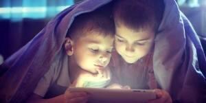kids-reading-e-reader