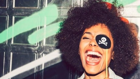 WOMAN-DRESSED-AS-PIRATE-LEAD