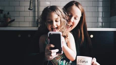 mom-daughter-look-at-phone