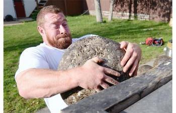 Scott Cummine lifts an atlas stone (Bryan Schlosser, Regina Leader-Post).jpg