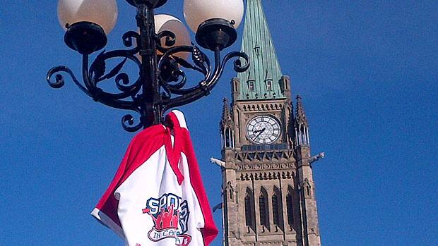 Scott Russell of CBC Sports hung his Sports Day in Canada T-shirt on a lamppost at Parliament Hill in Ottawa Friday, thus framing it against the Peace Tower.