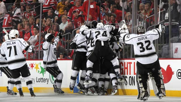 Jeff Carter (77) of the Los Angeles Kings celebrates with teammates after scoring the game winning goal in overtime against the New Jersey Devils during Game 2 on Saturday in Newark, New Jersey. (Bruce Bennett/Getty Images)