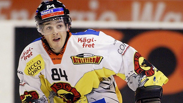 Daniel Briere skated in 2004 with Bern in Switzerland. Will NHL players be soon contemplating European adventures? (Paul Chiasson/Canadian Press)