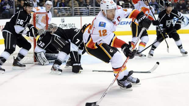 As the trade deadline nears, some teams will wait to see if Calgary Flames captain Jarome Iginla becomes a rental possibility. (Harry How/Getty Images)