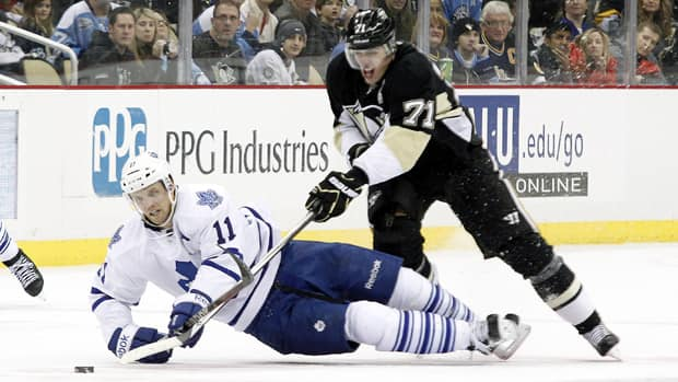 Toronto Maple Leafs centre Jay McClement (11) and Pittsburgh Penguins centre Evgeni Malkin (71) battle for the puck during the third period Wednesday. (Charles LeClaire/USA TODAY Sports/Reuters)