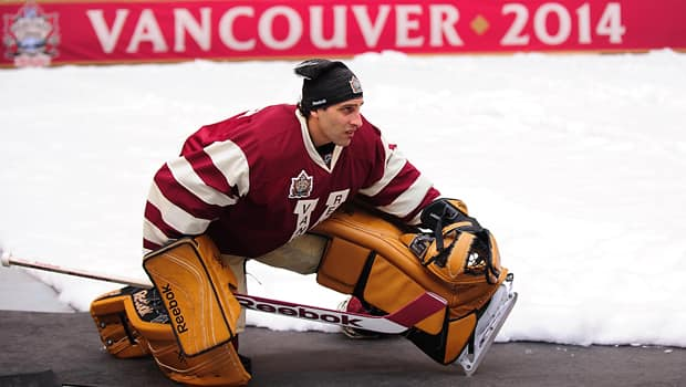 Vancouver Canucks netminder Roberto Luongo warms up prior to the NHL Heritage Classic, won 4-2 by the Ottawa Senators. (Anne-Marie Sorvin/Reuters)