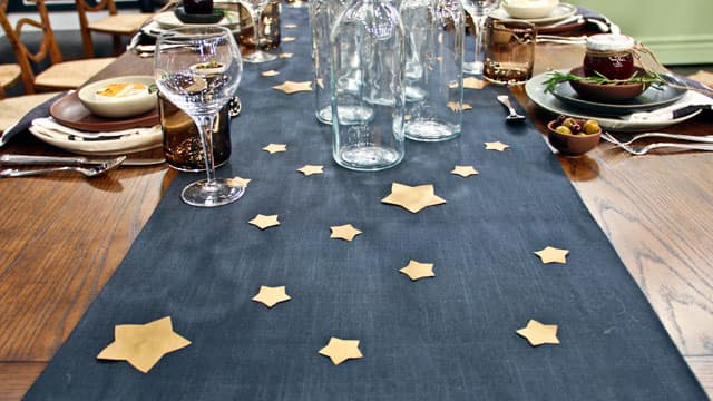 For casual dinner table decor weu0027ve added a navy blue table runner with & Quick Inexpensive Table Settings For Casual Dinner Parties - Steven ...