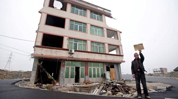 authorities-in-china-build-a-major-road-around-this-house-as-elderly-couple-refuses-to-move-feature1.jpg