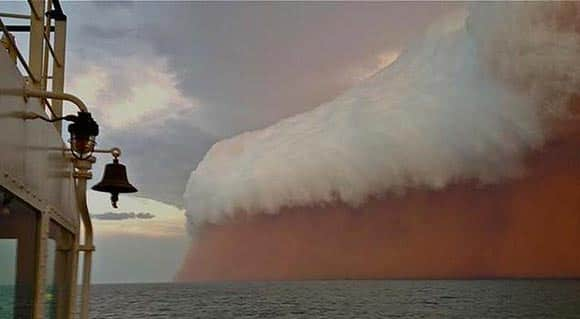 remarkable-photos-of-the-ocean-whipped-up-by-a-cyclone-heading-toward-australia-feature1.jpg