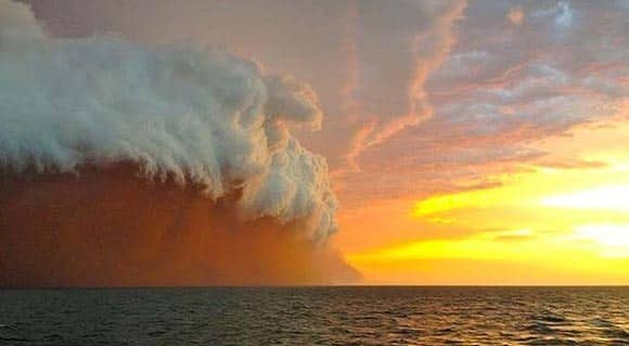 remarkable-photos-of-the-ocean-whipped-up-by-a-cyclone-heading-toward-australia-feature2.jpg