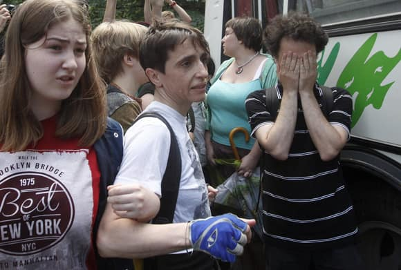 russia-gay-law-protesters.jpg